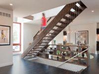 Mẫu cầu thang gỗ được thiết kế 1 bên là dây cáp đan chắc chắn.