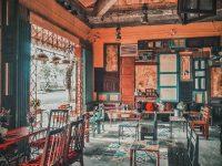 Một quán cafe đậm chất cổ điển với nền gạch bông xanh nhạt